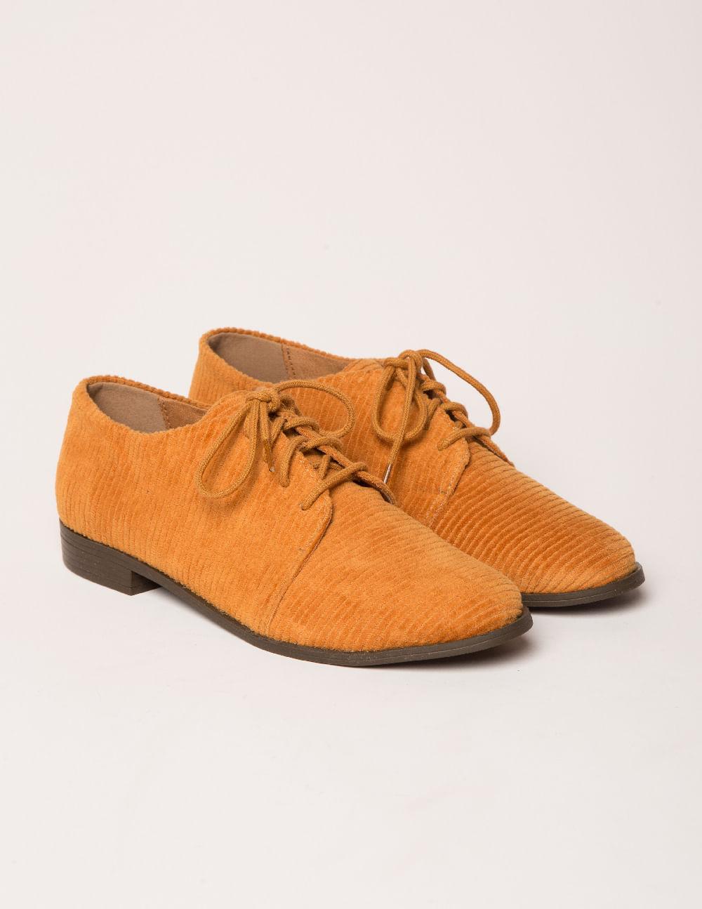 OxfordEmprestado do guarda roupa masculino, o modelo tem cabedal do  clássico sapato inglês e remete a um sapato social. Na Via Mia, essa  construção está ... 10675f14d4
