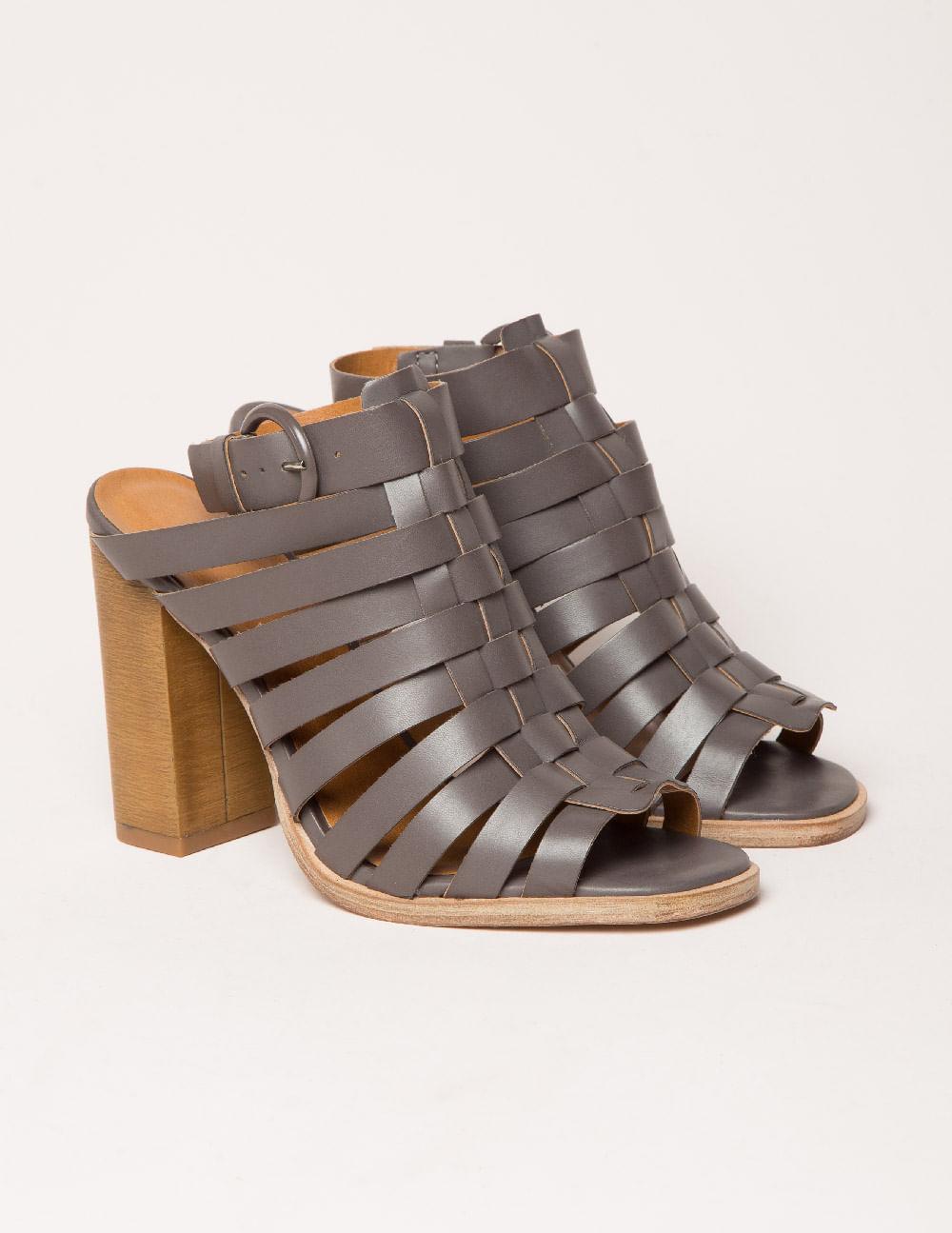 Sandália altaSandália com saltos acima de 7,5cm. 8b6f242a4b